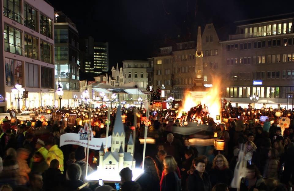 Die Martinslaternen auf dem Bonner Marktplatz. Foto: Arnulf Marquart-Kuron@2014