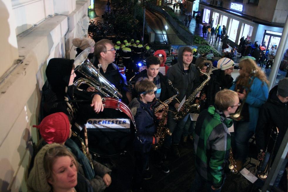 Alles ist gut: wir auf der Rathaustreppe mit ca. 25 Bläsern, das Orchester des Kardinal-Frings-Gymnasiums mit ca. 50 Mann unten und ein um uns herum ein toller Sound. Foto: Arnulf Marquardt-Kuron