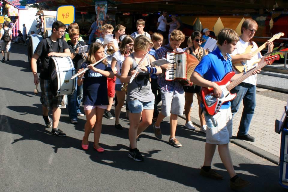Die Big-band als elektrische Marschkapelle. Foto: Arnulf Marquard-Kuron © 2013