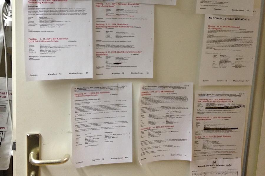 Für jeden Tag gibt es einen Laufplan, der an der Tür des Orchesterbüros hängt.  Foto: Martin Schlu © 2014
