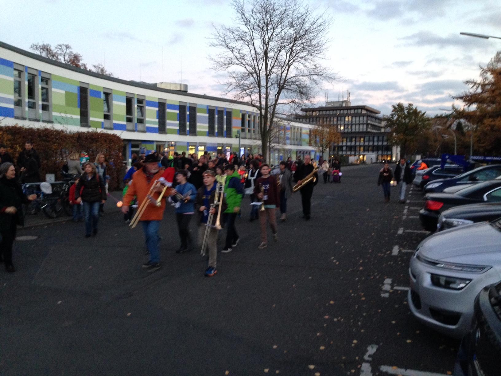 Eine Bläsergruppe an der Bonn International School, verstärkt durch Lea und Arnulf.
