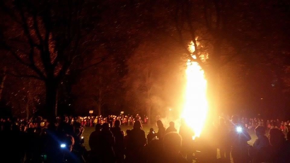 Am Feuer in Dottendorf stehen etwa siebzig Bläser und spielen